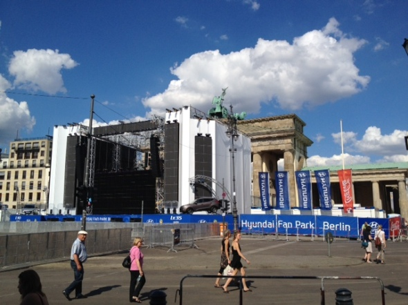 Yes, that's Berlin's iconic Brandenburg gate, hidden behind a Hyundi ad